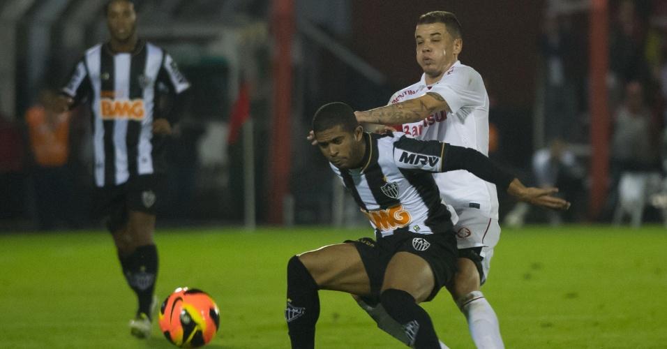 D'Alessandro tenta o desarme em lance com Junior César, em Inter x Atlético-MG (18/08/13)