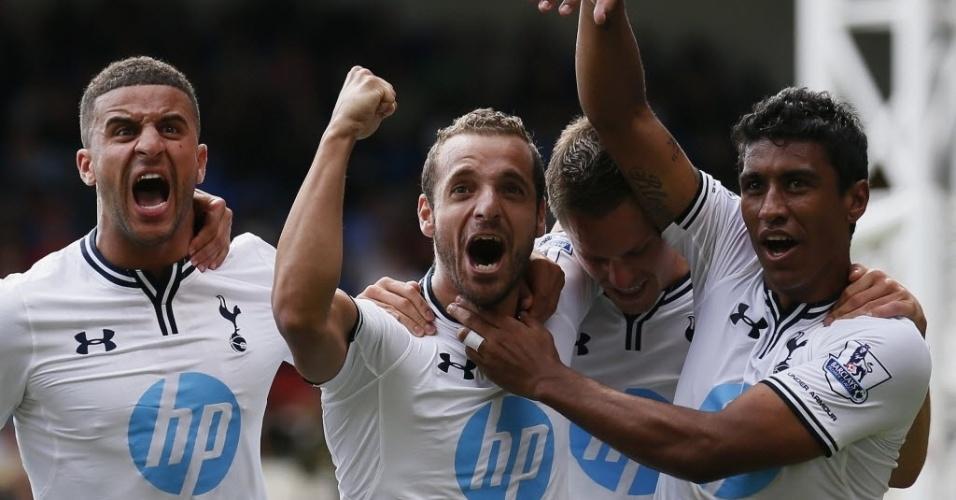 Paulinho celebra gol marcado por Soldado na Partida do Tottenham contra o Crystal Palace