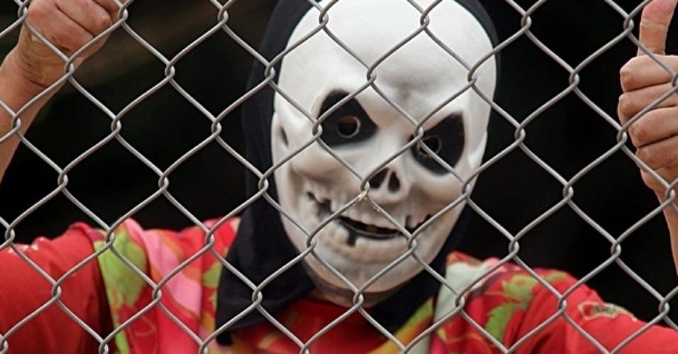 Torcedor usa fantasia macabra durante partida da Copa Kaiser