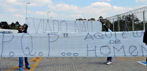 Torcedores do Corinthians levam faixas ao CT para protestar contra Emerson Sheik