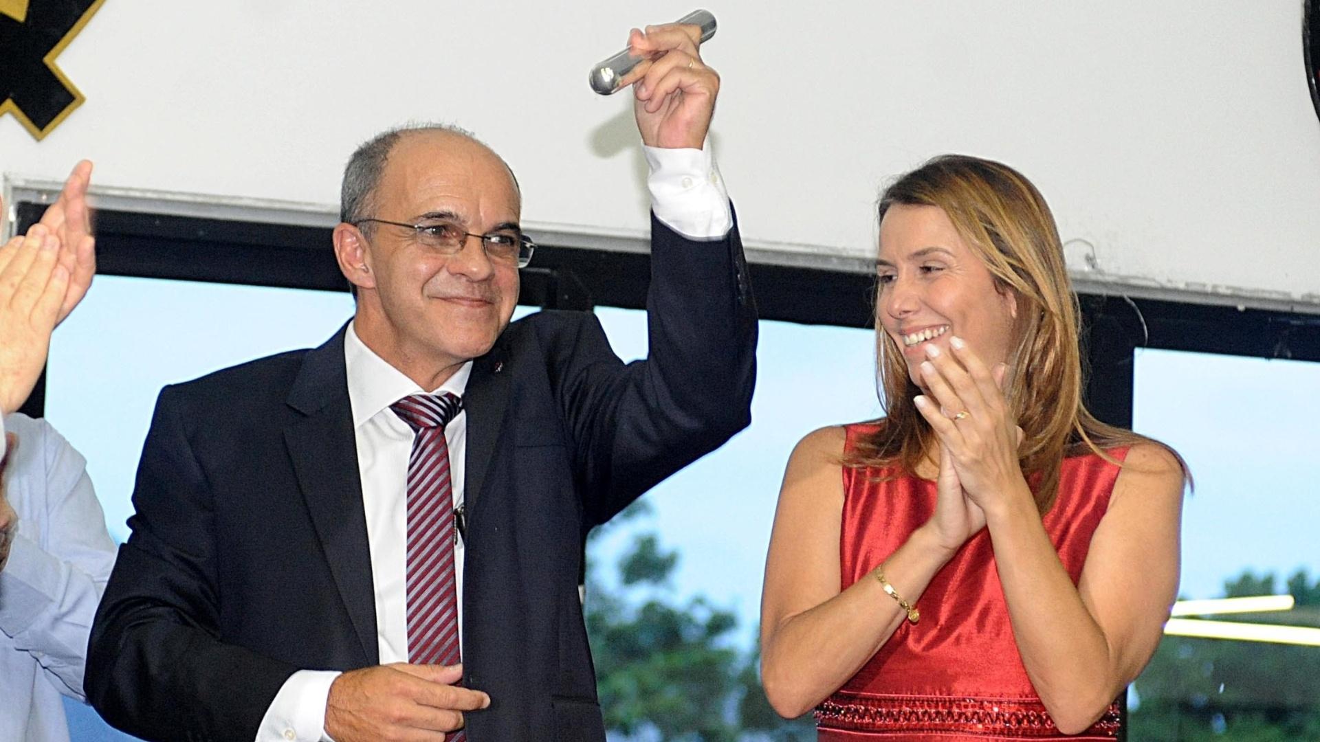 Novo presidente do Flamengo, Eduardo Bandeira de Mello, ergue o bastão recebido das mãos da ex-mandatária Patricia Amorim
