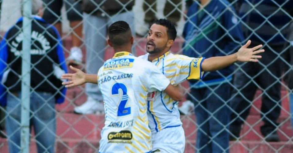 São Carlos, de Guaianases, venceu o Nápoli, da Vila industrial (azul), por 2 a 1