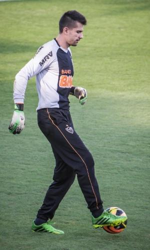 20 ago 2013 - Goleiro Victor controla a bola durante treino do Atlético-MG, na Cidade do Galo