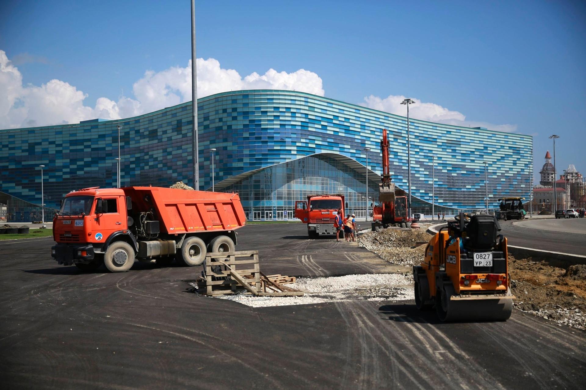 20.ago.2013 - Área externa do Iceberg Skating Palace ainda está em obras para os Jogos de Inverno de Sochi. A arena receberá as competições de patinação artística e patinação de velocidade na Olimpíada, em fevereiro