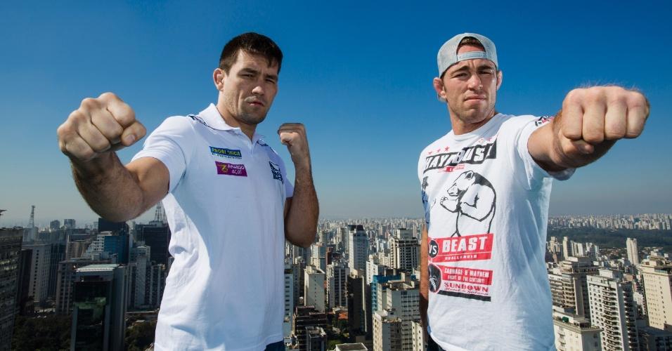 20.ago.2013 - Demian Maia posa com Jake Shields em São Paulo em foto promocional do duelo entre eles em Barueri, no UFC de 9 de outubro