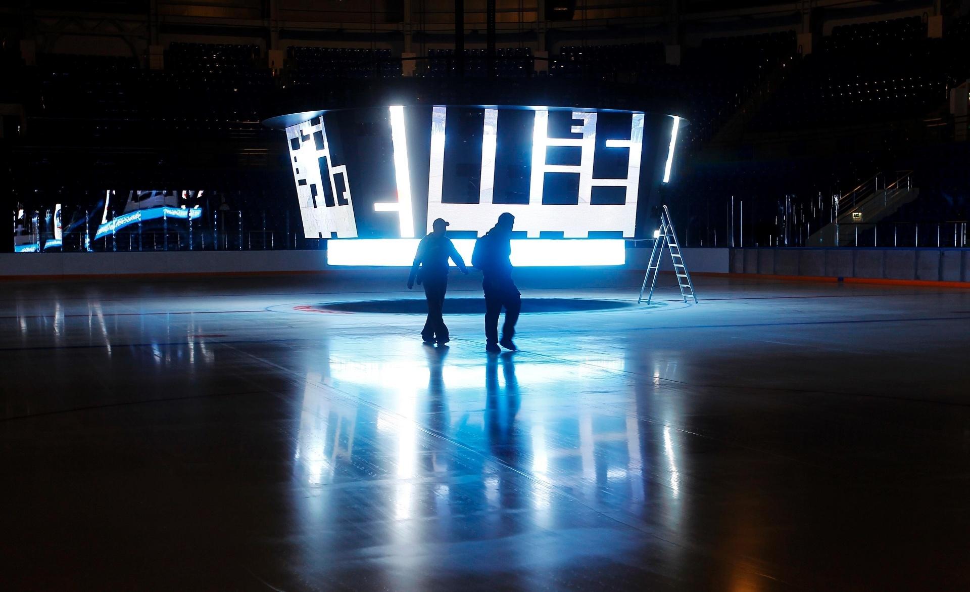 20.ago.2013 - Funcionários trabalham no monitor/cronômetro da Shayba Arena. Ginásio está praticamente pronto para receber os jogos de hóquei na Olimpíada de Inverno de Sochi, em fevereiro de 2014