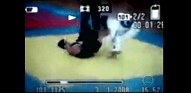 Gabriel, de quimono escuro, sofre golpe e fica tetraplégico durante luta de jiu-jitsu