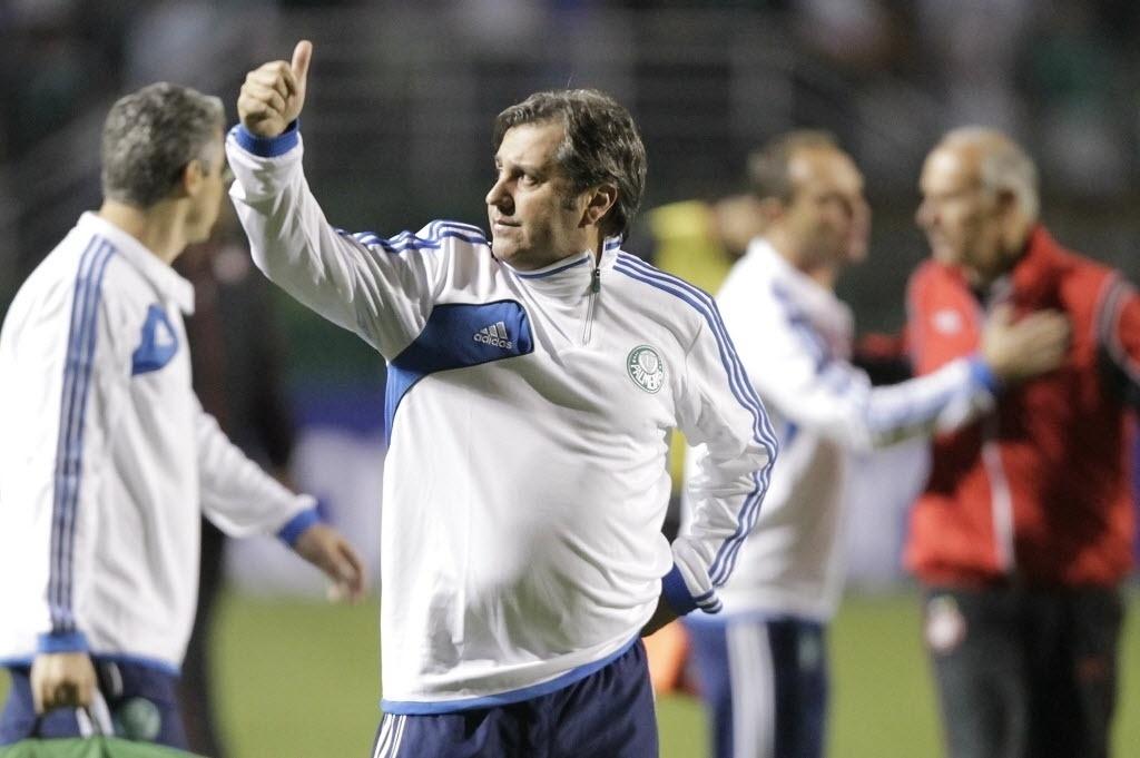 21.08.13 - Gilson Kleina cumprimenta a torcida após vitória do Palmeiras sobre o Atlético-PR pela Copa do Brasil
