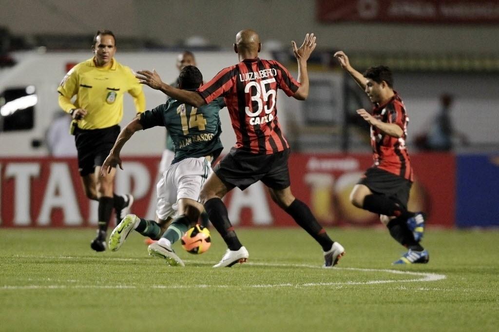 21.08.13 - Jogadores do Atlético-PR tentam desarmar Alan Kardec em partida do Palmeiras pela Copa do Brasil