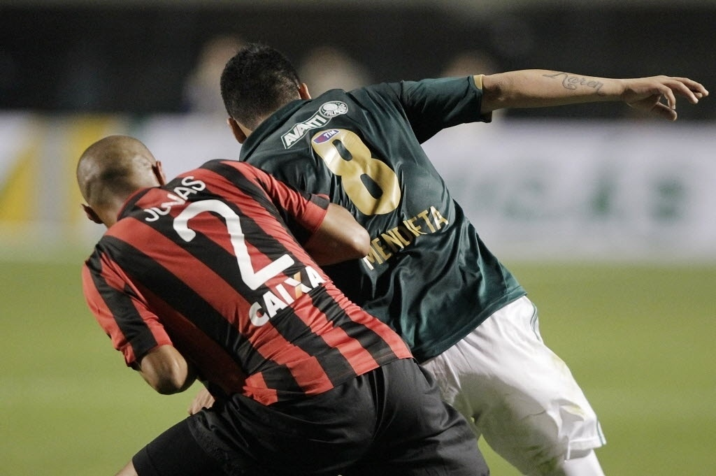 21.08.13 - Mendieta é marcado por Jonas na partida entre Palmeiras e Atlético-PR pela Copa do Brasil