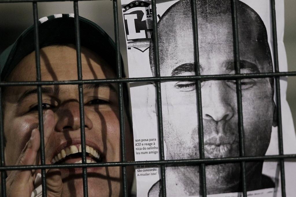 21.08.13 - Torcedora do Palmeiras leva foto do jogador Sheik simulando um selinho na partida contra o Atlético-PR pela Copa do Brasil