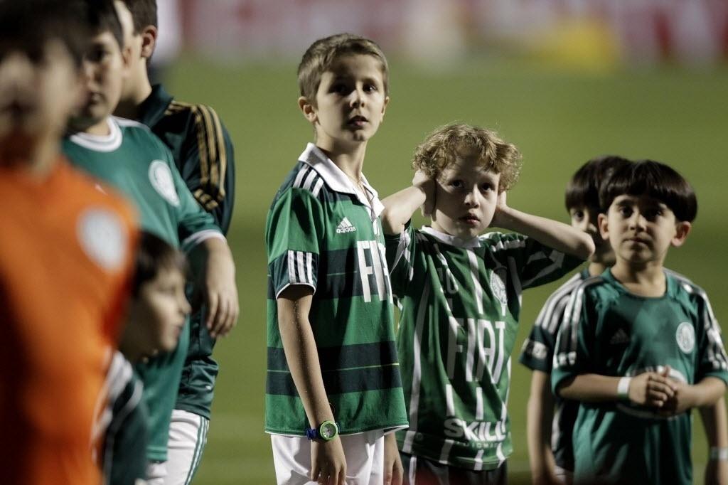 21.08.13 - Torcedores mirins aguardam a entrada do time do Palmeiras na partida contra o Atlético-PR pela Copa do Brasil