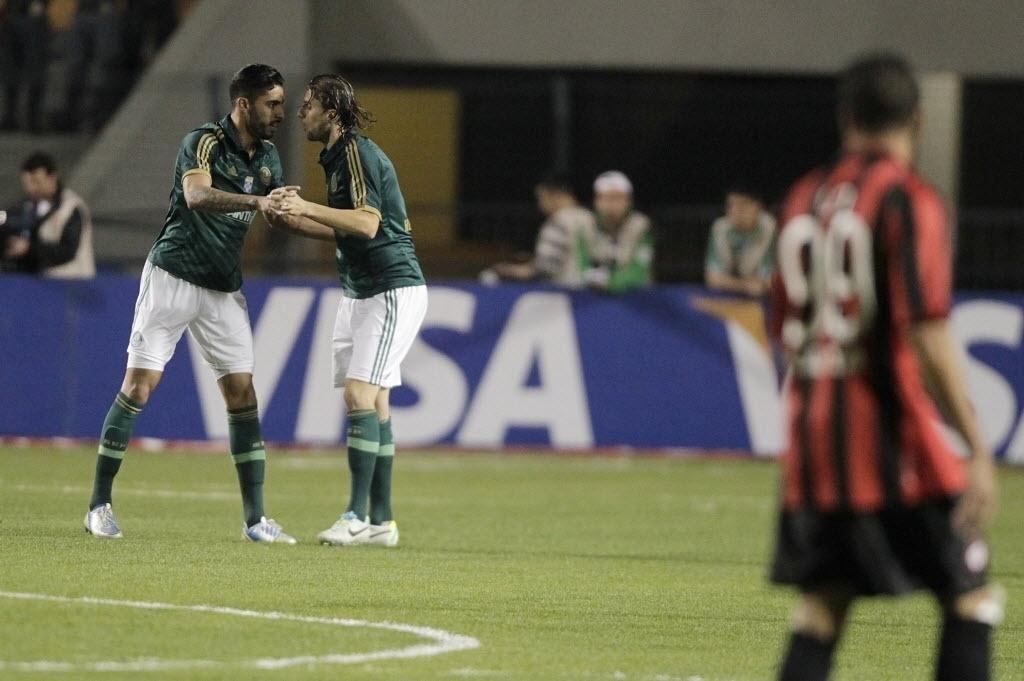 21.08.13 - Vilson e Henrique comemoram gol do Palmeiras contra o Atlético-PR pela Copa do Brasil