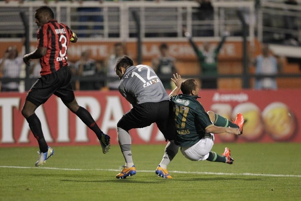 21.08.13 - Weverton faz a defesa e evita jogada de Ananias na partida entre Palmeiras e Atlético-PR pela Copa do Brasil