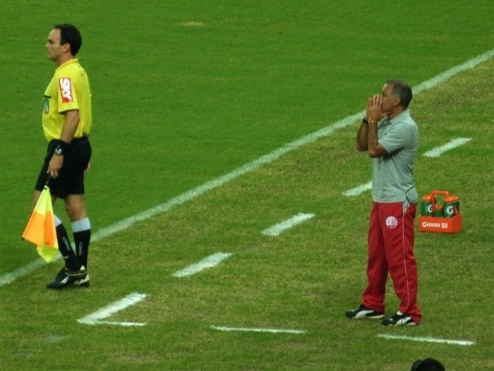O técnico Jorginho orienta o time do Náutico durante o clássico diante do Sport