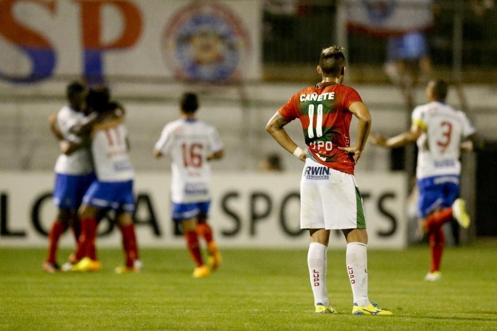 22.ago.2013 - Jogadores do Bahia comemoram gol durante vitória por 2 a 1 sobre a Portuguesa no Canindé pela Sul-Americana