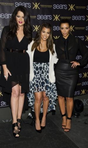 As irmãs Kardashian Khloe, Kourtney e Kim em evento da marca de roupas que comandam