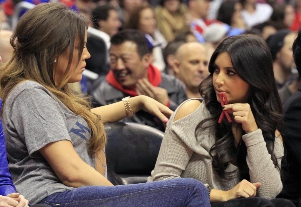 Khloe e Kim Kardashian acompanham jogo do marido de Khloe, Lamar Odom: Dallas Mavericks x Los Angeles Clippers
