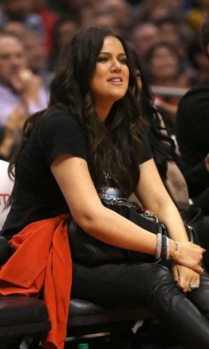 Khloe Kardashian assiste ao jogo entre Los Angeles Clippers, de Lamar Odom, contra os Memphis Grizzlies