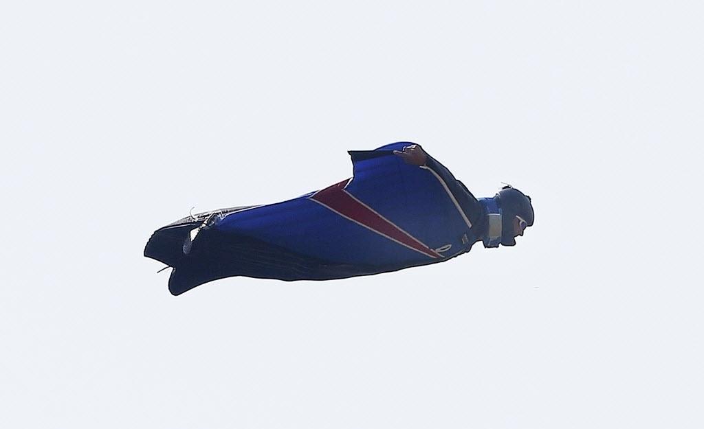 23.08.2013 - Um dos desafios para os atletas que praticam o wingsuit é voar sobre montanhas