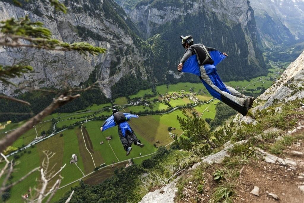 23.08.2013 - Wingsuit, modalidade que ele praticava quando morreu, é uma das mais perigosas dos esportes radicais