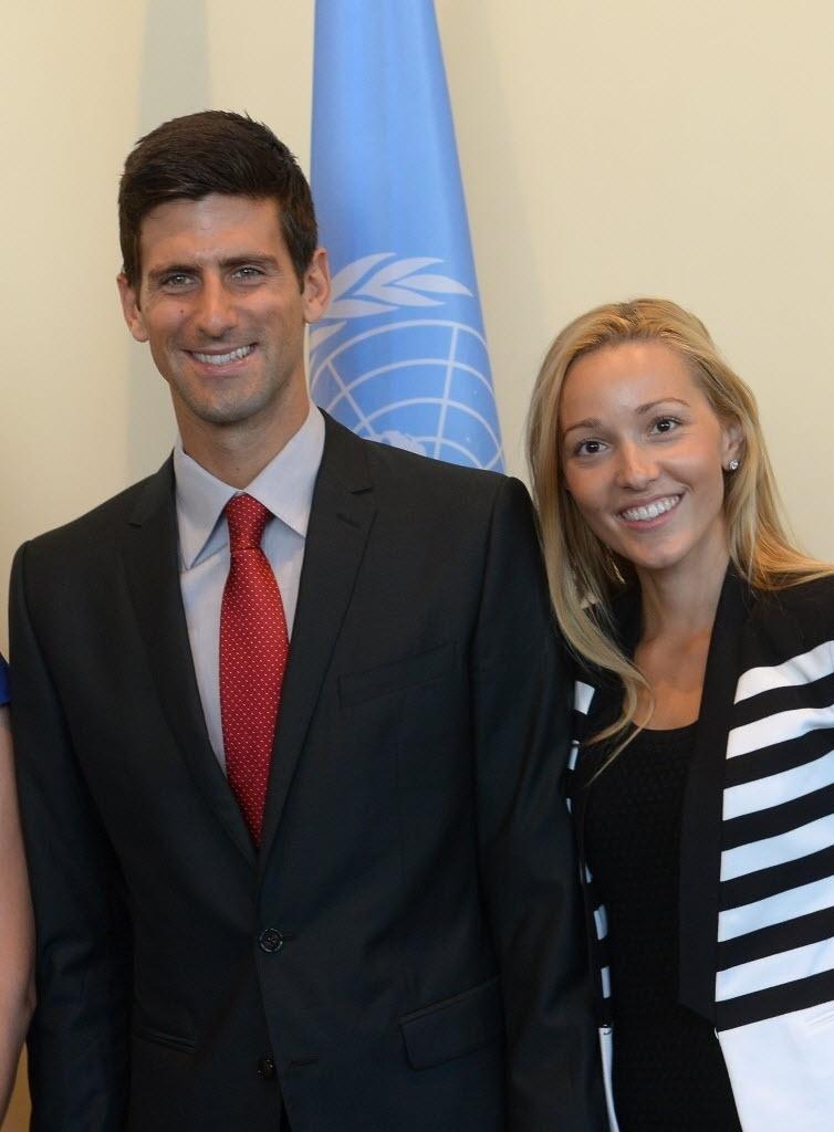 23.ago.2013 - Novak Djokovic posa ao lado da namorada Jelena Ristic durante visita à sede da ONU, em Nova York