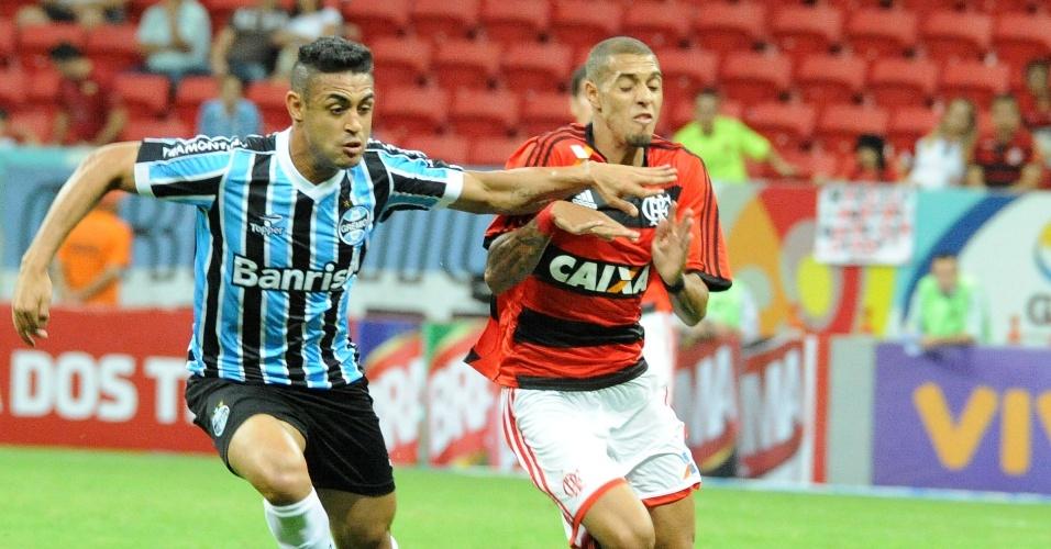 http://imguol.com/c/esporte/2013/08/24/240813---werley-tenta-impedir-avanco-de-paulinho-na-partida-entre-gremio-e-flamengo-pelo-brasileirao-1377382697646_956x500.jpg