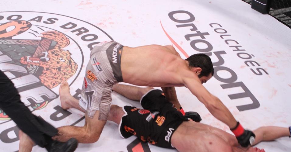 Mário Israel golpeia Reginaldo Vieira e nocauteia o rival no Jungle Fight 56; vitória valeu o cinturão dos galos do evento, em Foz do Iguaçu (PR)