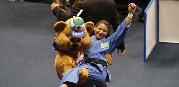 Sarah Menezes é carregada por mascote do Mundial do Judô após conquistar o bronze