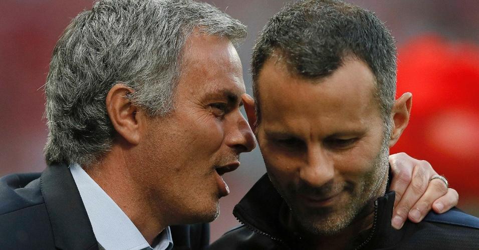 26.ago.2013 - No retorno a Old Trafford, o técnico José Mourinho, do Chelsea, conversa com o meia do Manchester United Ryan Giggs