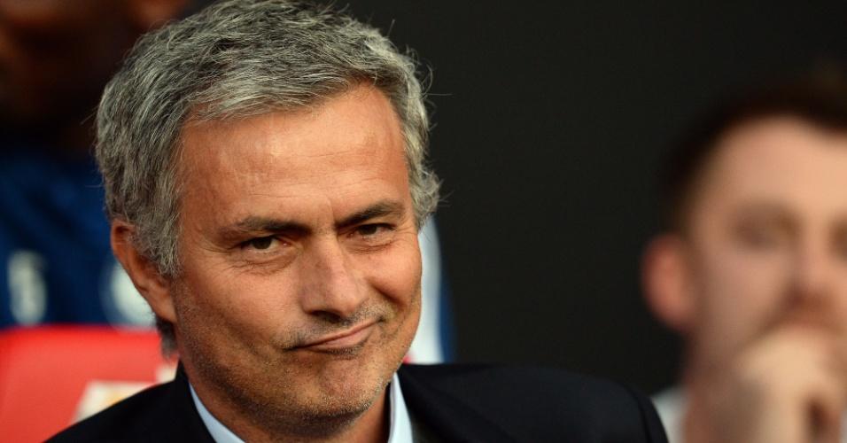 26.ago.2013 - No retorno a Old Trafford, o técnico José Mourinho, do Chelsea, foi bastante provocado pela torcida rival