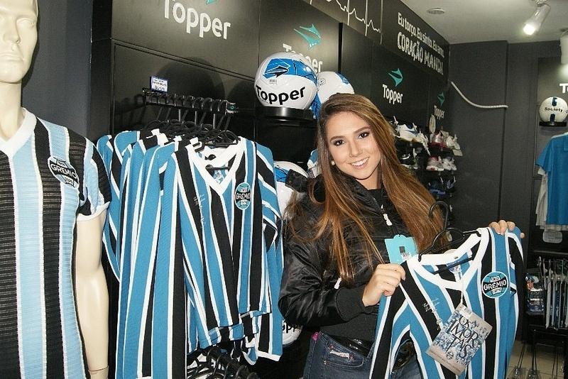 Carol Portaluppi visita loja oficial do Grêmio no Olímpico