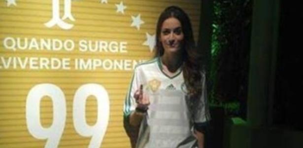 Modelo mostra o dedo médio e tira sarro do Palmeiras na festa dos 99 anos do clube