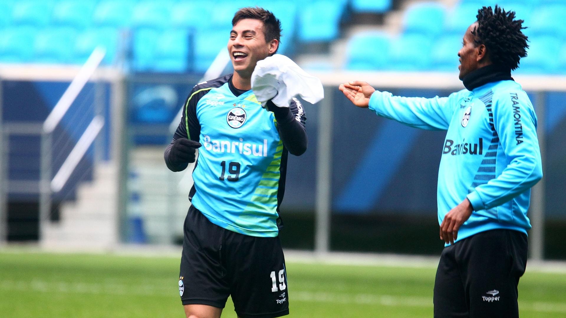 Vargas e Zé Roberto brincam em treinamento do Grêmio e voltam ao time (27/08/2013