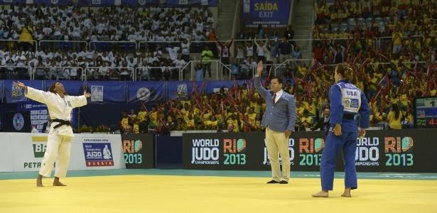 Mesmo após as críticas, a judoca fez questão de comemorar o título mundial junto com a torcida brasileira