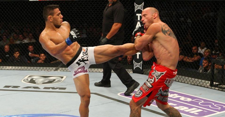 28.08.2013 - Rafael dos Anjos dá um chute no corpo de Donald Cerrone durante combate em evento em Indianápolis
