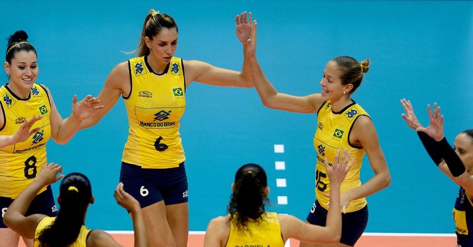 30.ago.2013 - Brasileiras comemoram a vitória no 1° set na partida contra a Itália