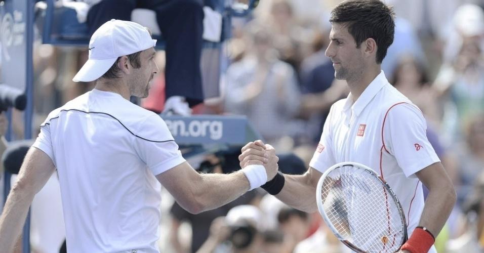 30.ago.2013 - Novak Djokovic cumprimenta Benjamin Becker após vitória por 3 a 0 na segunda rodada do Aberto dos EUA