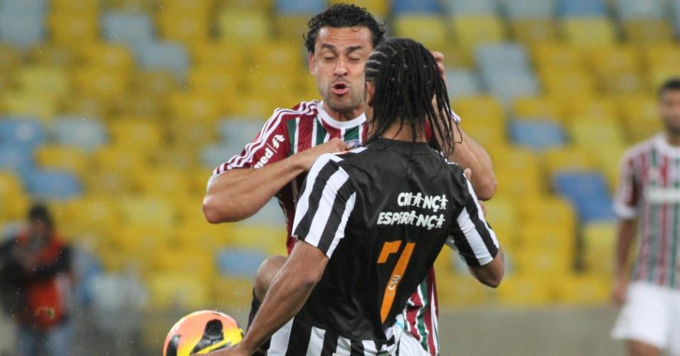 31.ago.2013 - Everton Costa e Fred disputam a bola durante partida entre Santos e Fluminense