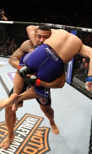 31.ago.2013 - Autraliano Soa Palelei levanta o ucraniano Nikita Krylov durante luta dos pesados no UFC 164