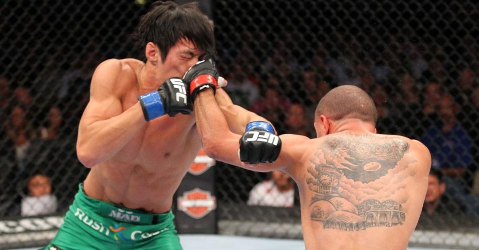 31.ago.2013 - Chico Camus (dir) conecta jab de esquerda no frontal do sul-coreano Ho Kang durante o UFC 164