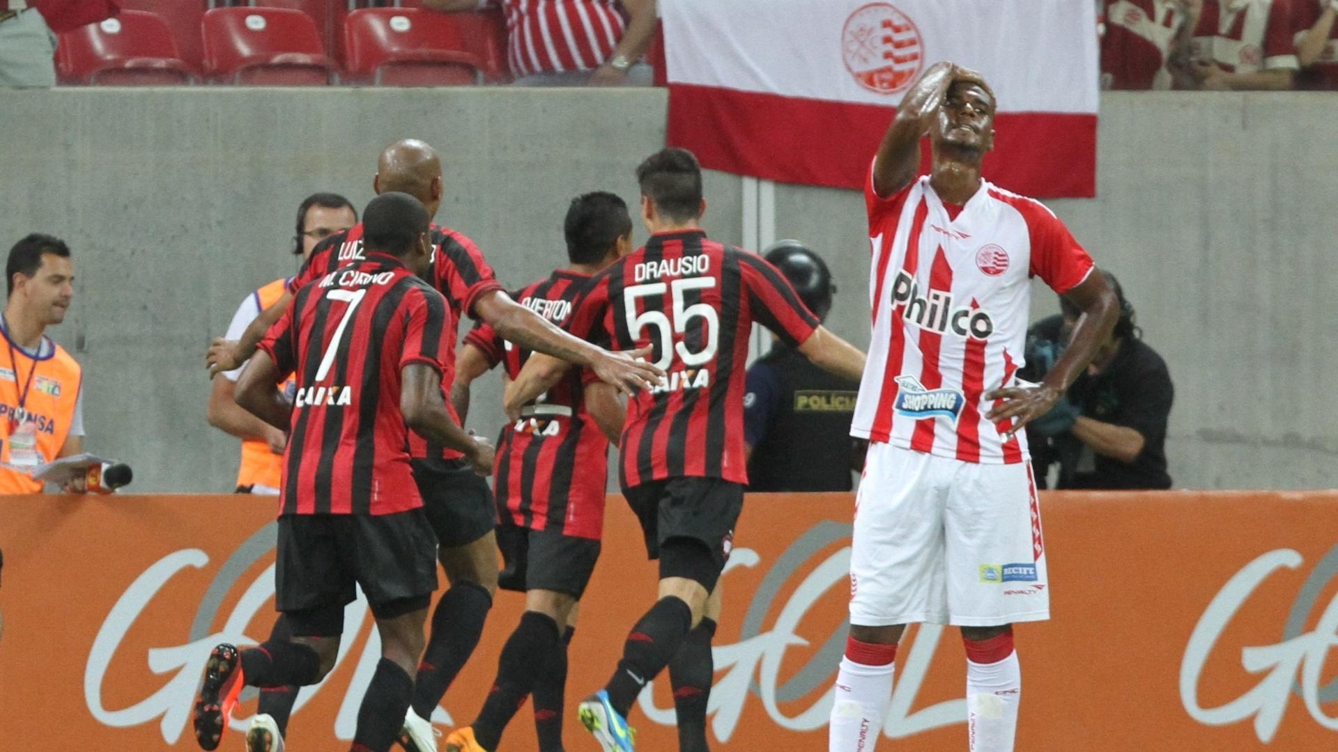 31.ago.2013 - Jogadores do Atlético-PR comemoram gol marcado na partida contra o Náutico, pelo Brasileirão