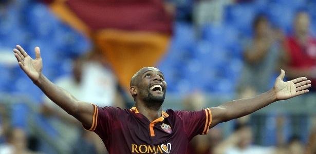 Maicon comemora gol na vitória do Roma por 3 a 0 sobre o Verona