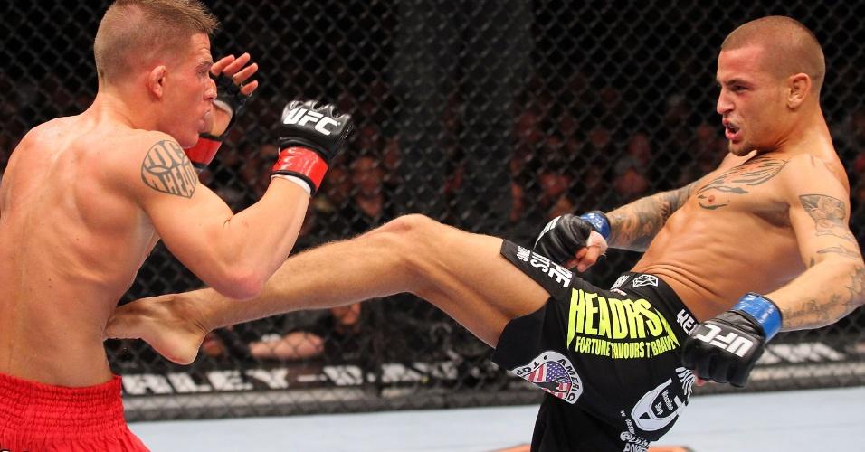 01.set.2013 - Dustin Poirier arrisca chute na linha da cintura de Erik Koch durante o UFC 164