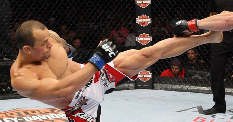 31.ago.2013 - Brasileiro Gleison Tibautenta acertar chute em Jamie Varner durante o UFC 164