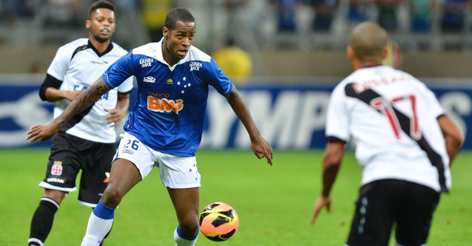 Dedé domina a bola observado por André durante o jogo entre Cruzeiro e Vasco (1/9/2013)