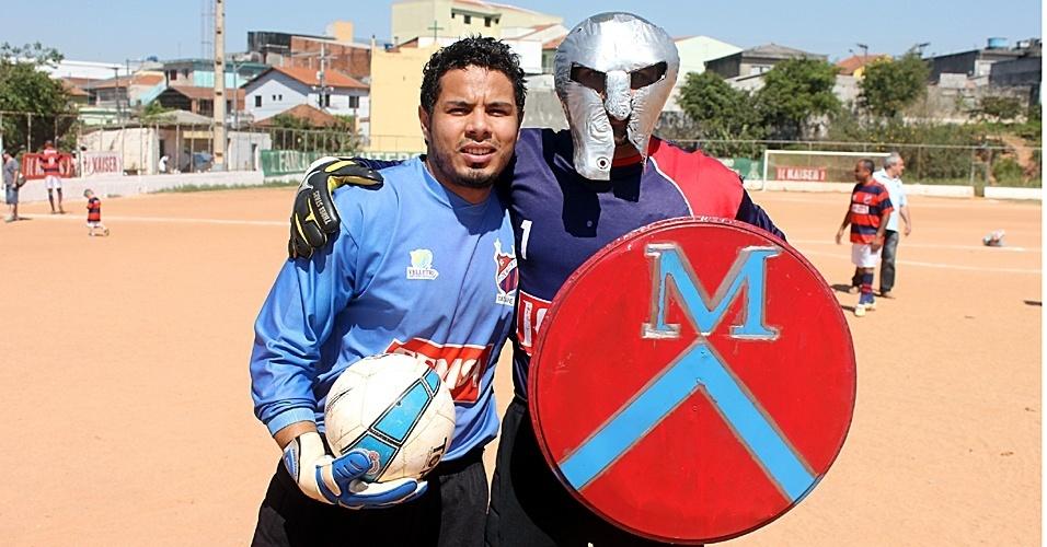 Goleiro Nei, do 1º de Maio, entra em campo com máscara de gladiador - na imagem, ele aparece ao lado de seu reserva, Josiel