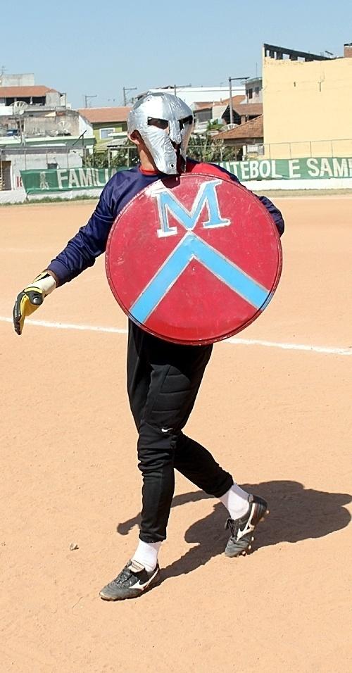 Goleiro Nei, do 1º de Maio, entra em campo com máscara de gladiador