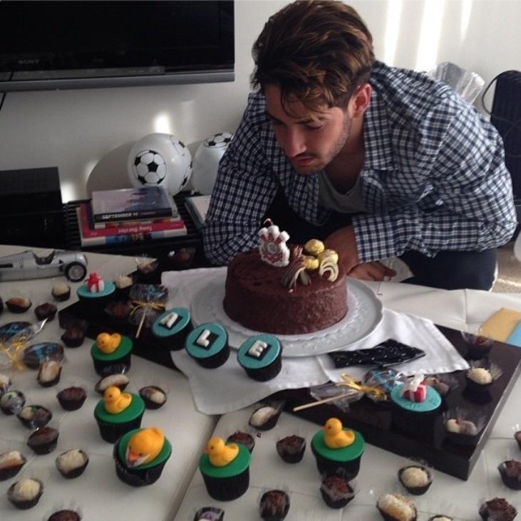 Alexandre Pato recebe bolo surpresa do Corinthians no dia do seu aniversário