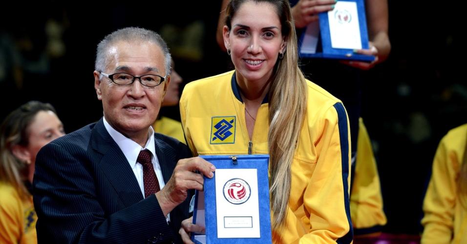01.set.2013 - Thaisa, central da seleção brasileira, recebe o prêmio de melhor jogadora do Grand Prix 2013